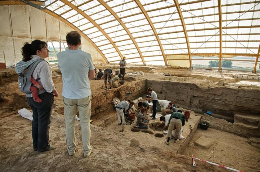 Dr. Burcu Tung, directing excavations at Çatalhöyük.